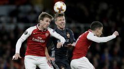 Striker CSKA Moscow, Pontus Wernbloom, duel udara dengan bek Arsenal, Nacho Monreal dan Laurent Koscielny, pada laga perempat final Liga Europa, di Stadion Emirates, Kamis (5/4/2018).  Arsenal menang 4-1 atas CSKA Moscow. (AP/Tim Ireland)