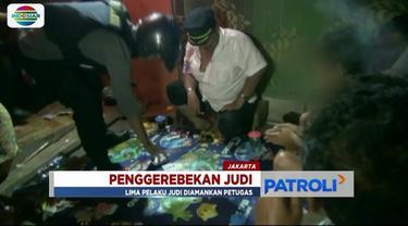 Gerebek sebuah warung yang dijadikan arena judi di kawasan Pasar Enjo, Pulogadung, Jaktim, polisi mengamankan lima orang, termasuk dua orang wanita yang ikut bermain.