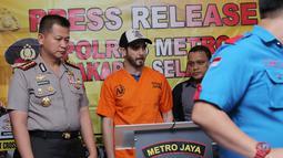 Anak penyanyi Ahmad Albar itu diamankan oleh pihak Satuan Reserse Narkoba Polres Metro Jakarta Selatan berikut beberapa barang bukti. (Deki Prayoga/Bintang.com)