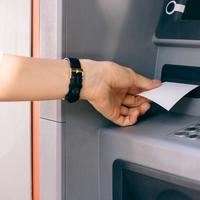 ilustrasi kertas ATM/copyright Shutterstock