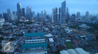 Lanskap gedung bertingkat terlihat dari kawasan Sudirman, Jakarta, Sabtu (14/1). Komite Ekonomi dan Industri Nasional (KEIN) optimis pertumbuhan ekonomi Indonesia pada 2017 dapat mencapai 5,3 persen. (Liputan6.com/Immanuel Antonius)