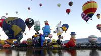 Aneka ragam bentuk balon udara dalam acara Festival Balon Internasional ke-XV di Metropolitan Park di Leon, negara bagian Guanajuato, Meksiko (20/11). Ribuan warga menyaksikan balon-balon udara yang diterbangkan pada pagi hari. (AFP/STR)