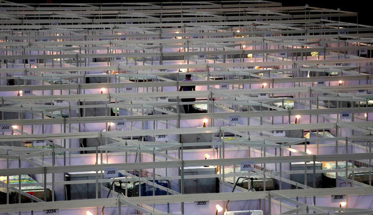 Barisan tempat tidur terlihat di rumah sakit lapangan sementara yang didirikan di Asia World Expo di Hong Kong, Sabtu (1/8/2020). Pusat pameran di dekat Bandara Internasional Hong Kong itu diubah menjadi fasilitas untuk menampung pasien COVID-19 dengan gejala ringan.  (AP Photo/Kin Cheung)