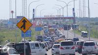 Ribuan kendaraan terjebak kemacetan di pintu tol Brebes Timur, Jawa Tengah, Minggu (3/7). Hingga pukul 13.00 WIB, antrean kendaraan di Jalur teraebut telah mencapai 20 kilometer. (Liputan6.com/Angga Yuniar)