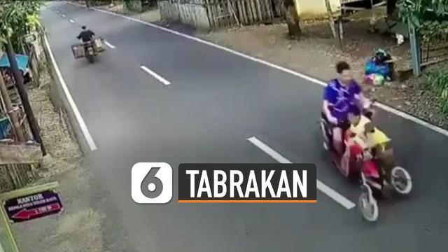 Kejadian mengerikan terjadi ketika bocah bersepeda kurang berhati-hati saat menyebrang jalan dan tertabrak pengendara motor yang sedang melintas.