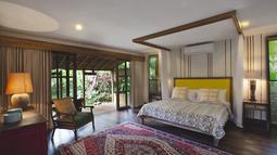 Perpaduan gaya tradisional lewat pemilihan furnitur dengan penataan ruangan yang minimalis menjadi ciri unik rumah ini. (James Walting/Property Report)