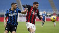 Bek AC Milan, Theo Hernandez (kanan) menguasai bola dibayangi bek Inter Milan, Achraf Hakimi dalam laga lanjutan Liga Italia 2020/21 pekan ke-23 di San Siro Stadium, Minggu (21/2/2021). AC Milan kalah 0-3 dari Inter Milan. (AP/Antonio Calanni)