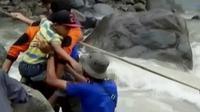 Tim SAR terus berusaha mengevakuasi korban banjir yang terisolasi untuk menyebrang sungai Batang di Pauh Duo, Sumatera Barat.
