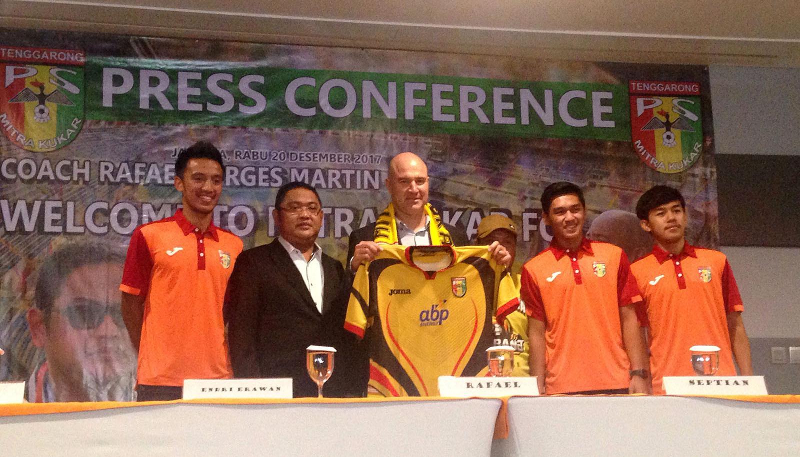 Mitra Kukar perkenalkan pelatih baru asal Spanyol di Jakarta, Rabu (20/12/2017). (Bola.com/Benediktus Gerendo Pradigdo)