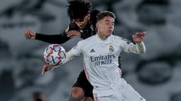 Gelandang Real Madrid, Sergio Arribas Calvo berebut bola dengan pemain Borussia Monchengladbach, Valentino Lazaro pada pertandingan Grup B Liga Champions di Estadio Alfredo Di Stefano, Kamis (10/12/2020). Madrid menang atas Monchengladbach 2-0. (AP Photo/Bernat Armangue)