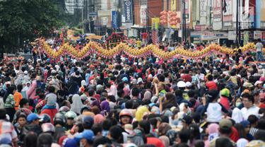 Ribuan peserta mengikuti pawai Cap Go Meh di Bekasi, Jawa Barat, Selasa (19/2). Ribuan peserta tumpah ruah ke jalanan untuk memeriahkan perayaan hari terakhir di Tahun Baru Imlek tersebut. (Merdeka.com/Imam Buhori)