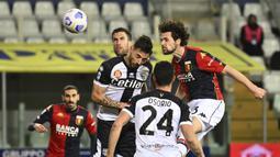 Striker Genoa, Mattia Destro (kanan) berduel udara dengan bek Parma, Giuseppe Pezzella dalam laga lanjutan Liga Italia 2020/2021 pekan ke-28 di Ennio Tardini Stadium, Parma, Jumat (19/3/2021). Genoa menang 2-1 atas Parma. (LaPresse via AP/Massimo Paolone)
