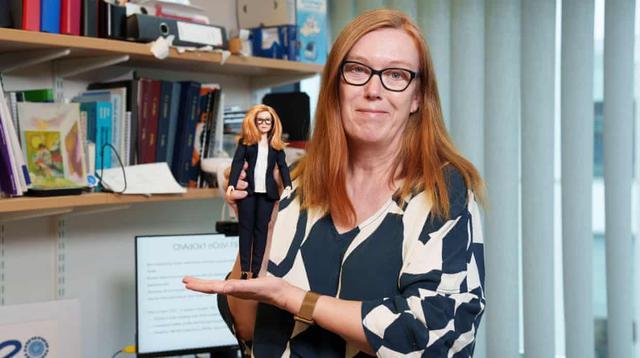 Sarah Gilbert, sosok dibalik vaksin Oxford-AstraZeneca terpilih menjadi model boneka Barbie. (FOTO: Twitter/Nycjim).