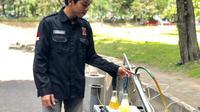 Affan Almada, pria asal Bantul yang juga mahasiswa Teknik Mesin Sekolah Vokasi UGM, berhasil mengembangkan alat yang bisa mengubah sampah plastik menjadi bahan bakar bio oil dan biogas. (Liputan6.com/ Agung Purwandono)