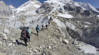 Pada 22 Februari 2016, pendaki melewati gletser di base camp Mount Everest, Nepal. (AP Photo/Tashi Sherpa)