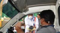 PT Pelabuhan Indonesia II, BKPM dan ALI membagikan ribuan masker non medis berikut makanan di area pelabuhan. Dok IPC