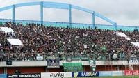 Suporter PSS memenuhi tribune utara Stadion Maguwoharjo, Sleman, saat leg kedua semifinal Liga 2 melawan Kalteng Putra (28/11/2018) (Bola.com/Vincentius Atmaja)