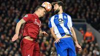 Duel udara bek Liverpool, Dejan Lovren dan pemain Porto, Felipe dalam leg pertama perempat final Liga Champions di Stadion Anfield, Rabu (10/4/2019). Liverpool mengantongi modal untuk melangkah ke semifinal Liga Champions setelah meraih kemenangan 2-0. (Paul ELLIS / AFP)