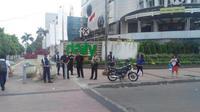 Sejumlah anggota kepolisian dari Polsek Metro Tanah Abang juga terlihat tengah mengamankan pertokoan di Pasar Benhil, Jakarta Pusat.