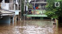 Warga melihat kondisi banjir yang menggenangi Kawasan Rawajati, Jakarta, Rabu Rabu (1/1/2020). Hujan yang mengguyur Jakarta sejak Selasa sore (31/12/2019) mengakibatkan banjir di sejumlah titik di Jakarta. (Liputan6.com/Helmi Fithriansyah)