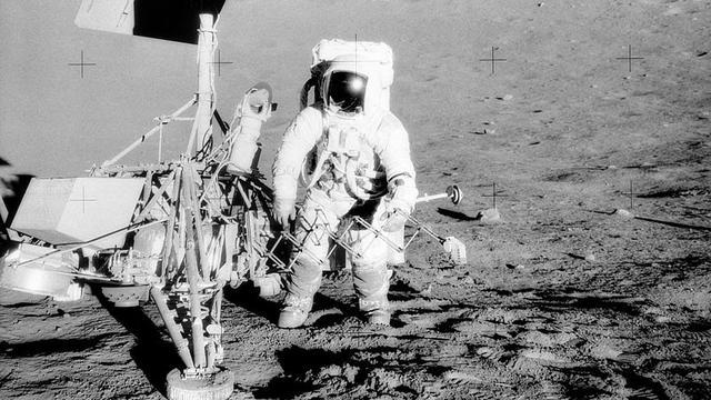 Ilustrasi pendaratan Bulan. Pete Conrad , komandan Apollo 12 , berdiri di sebelah Surveyor 3 pendarat (Wikimedia Commons)