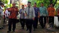 Ketum DPP Partai Golkar Munas Bali, Aburizal Bakrie (kiri) dan Ketua Dewan Syuro PKS Hilmi Aminuddin (berpeci) menghadiri acara pelantikan pengurus pusat Partai Gerindra di kantor DPP Partai Gerindra, Jakarta, Rabu (8/4/2015). (Liputan6.com/Yoppy Renato)