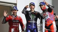 Maverick Vinales (tengah) kalahkan duo Ducati di MotoGP Qatar (AFP)