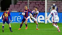 Dueo ketat terjadi pada laga antara Barcelona versus Real Valladolid di Liga Spanyol. (Pau BARRENA / AFP)