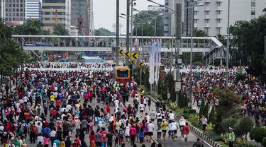 Warga beraktivitas saat Hari Bebas Kendaraan Bermotor (HBKB) di kawasan Bundaran Hotel Indonesia, Jakarta, Minggu (28/12/2014). (Liputan6.com/Faizal Fanani)