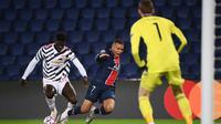 Axel Tuanzebe tampak mengadang Kylian Mpabbe. Berkat aksinya, Manchester United menang dengan skor 2-1 atas PSG di Liga Champions 2020/2021, Rabu (21/10/2020) dini hari WIB. (FRANCK FIFE / AFP)
