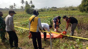 Warga kebumen menemukan jenazah pria penuh luka bakar di ladang. (Foto: Liputan6.com/Humas Polres Kebumen)
