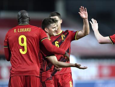 Pemain Belgia merayakan gol yang dicetak Kevin De Bruyne ke gawang Denmark pada laga lanjutan UEFA Nations League di Stadion Den Dreef, Kamis (19/11/2020) dini hari WIB. Belgia menang 4-2 atas Denmark. (AFP/John Thys)