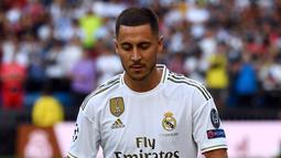Pemain baru Real Madrid, Eden Hazard menjuggling bola saat diperkenalkan di stadion Santiago Bernabeu di Madrid, Spanyol (13/6/2019). Hazard dikontrak Real Madrid dengan durasi lima tahun hingga 2024. (AFP Photo/Gabriel Bouys)