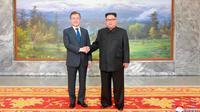 Pemimpin Korea Utara Kim Jong-un bersalaman dengan Presiden Korsel Moon Jae-in (kiri) sebelum menggelar pertemuan di Panmunjom Korea Utara (26/5). (Korean Central News Agency/Korea News Service via AP)