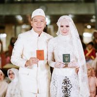 Sebelum akhirnya menikah secara resmi dan tercatat di Kantor Urusan Agama, Vicky dan Angel mengaku telah menikah siri sejak November 2017 silam. Jumat (8/2), keduanya melakukan akad nikah di Masjid Istiqlal, Jakarta. (Instagram/vickyprasetyo777)