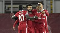 Penyerang Liverpool, Mohamed Salah (kedua kiri) berselebrasi dengan rekannya usai mencetak gol ke gawang Wolverhampton Wanderers pada pertandingan lanjutan Liga Inggris di Stadion Anfield, Inggris, Minggu (7/12/2020).  Liverpool menang telak atas Wolverhampton 4-0. (Peter Powell/Pool via AP)