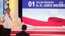 Calon presiden nomor urut 01 Joko Widodo atau Jokowi memberi paparannya dalam debat kedua Pilpres 2019 di Hotel Sultan, Jakarta, Minggu (17/2). Dalam debat kedua ini tidak ada kisi-kisi. (Liputan6.com/Faizal Fanani)