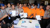 Kapolda Metro Jaya, Irjen Pol M Iriawan (ketiga kiri) menunjukkan foto tersangka kasus kekerasan terhadap Hermansyah saat rilis di Jakarta, Kamis (13/7). Polisi menangkap empat orang dan memburu satu tersangka lainnya. (Liputan6.com/Helmi Fithriansyah)