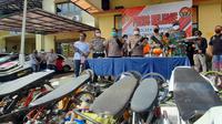 Video sejumlah pemuda melakukan balapan liar di Jalan Raya Serpong, Kota Tangerang Selatan, viral di berbagai laman media sosial. Pelaku pun langsung diamankan kepolisian Resort Tangerang Selatan.