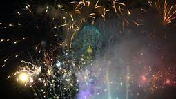 Kembang api pada peresmian Patung Garuda Wisnu Kencana di Ungasan, Bali, 22 September 2018. Karya seni itu terbuat dari tembaga dan kuningan yang ditopang 21.000 batang baja seberat 2.000 ton, serta baut sebanyak 170.000 buah. (AFP/SONNY TUMBELAKA)