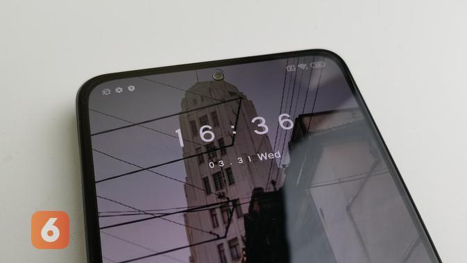 Layar Redmi Note 10 Pro memiliki sebuah punch hole di bagian tengah atas, desain ini dinamakan DotDisplay (Liputan6.com/ Agustin Setyo W).