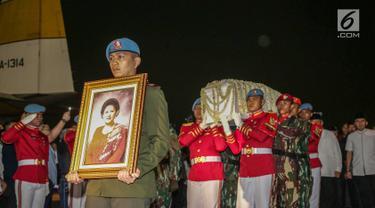 Paspampres membawa jenazah Kristiani Herrawati atau Ani Yudhoyono saat tiba di Lanud Halim Perdanakusumah, Jakarta Timur, Sabtu (1/6/2019). Almarhumah meninggal dunia di National University Hospital (NUH) Singapura dan akan dikebumikan di TMP Kalibata pada hari Minggu. (Liputan6.com/Faizal Fanani)