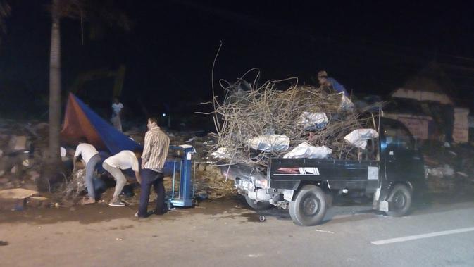 Tumpukan besi bekas yang berhasil dikumpulkan para pengepul di area pembongkaran bangunan dalam proses reaktivasi kereta api di Garut (Liputan6.com/Jayadi Supriadin)