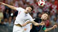 Pemain timnas Inggris, John Stones berebut bola dengan pemain Kroasia, Ivan Perisic pada babak semifinal Piala Dunia 2018 di Stadion Luzhniki, Rabu (11/7). Kroasia akan menantang Prancis di final setelah menang 2-1 atas Inggris. (AP/Rebecca Blackwell)