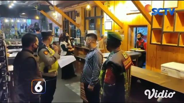 Tim Satgas Covid-19 Banyuwangi, Sabtu malam (26/6) menggelar razia jam malam ke lapangan, dengan meminta kepada para pelaku usaha membatasi jam operasional kerja hingga pukul 20.00 seiring dengan pemberlakuan jam malam.