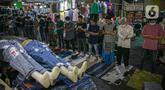 Umat muslim melaksanakan sholat Jumat pertama Ramadhan di Pasar Tanah Abang, Jakarta Pusat, Jumat, (16/4/2021). Fasilitas tempat ibadah yang tidak sebanding dengan jumlah pengunjung menyebabkan jemaah terpaksa melaksanakan ibadah sholat Jumat di selasar pertokoan. (Liputan6.com/Faizal Fanani)