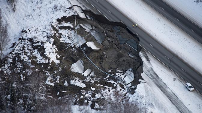 Foto udara kerusakan di Glenn Highway setelah gempa bumi melanda Anchorage di Alaska, Jumat (30/11). Gempa bermagnitudo 7.0 dan 5.7 membuat panik orang-orang setelah memicu peringatan tsunami di daerah pantai. (Marc Lester/Anchorage Daily News via AP)