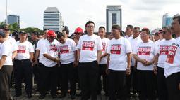 Mendagri, Tjahjo Kumolo (tengah) saat menghadiri apel bersama lawan kampanye hoax dan berujar kebencian di lingkungan Kemendagri dan BNPP di Lapangan Monas, Jakarta, Jumat (15/2). Apel diikuti ASN dari kedua instansi. (Liputan6.com/Helmi Fithriansyah)