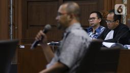 Terdakwa kasus tindak pidana pencucian uang dan korupsi Tubagus Chaeri Wardana alias Wawan mendengarkan keterangan saksi saat menjalani sidang lanjutan di Pengadilan Tipikor, Jakarta, Jumat (14/2/2020). (Liputan6.com/Angga Yuniar)