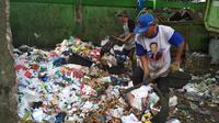 Tumpukan sampah di TPSS Kesambi Cirebon didominasi oleh plastik. Foto (Liputan6.com / Panji Prayitno)